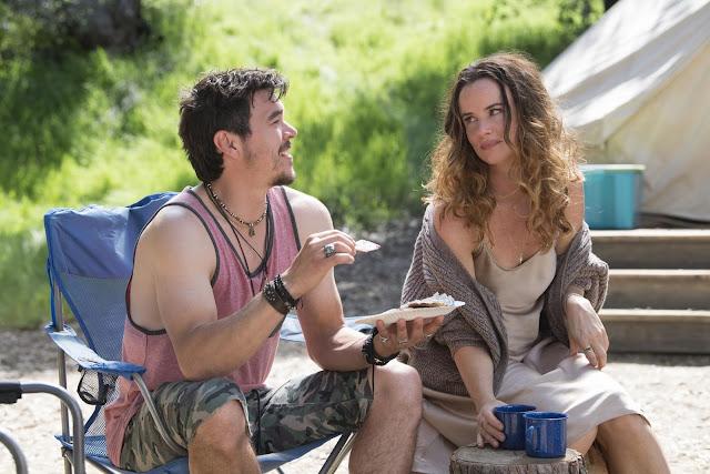 Arturo del Puerto y Juliette Lewis en 'Camping' de Lena Dunham