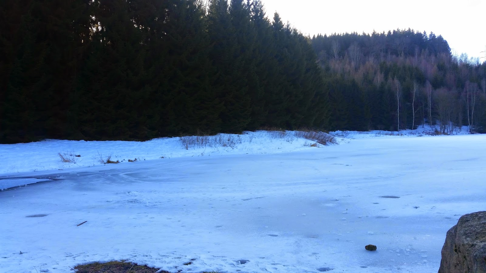 Laufen bei Frost, gefrorene Talsperrre