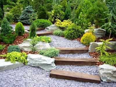 Садові конструкції з використанням каміння - від маленького до великого, - створюють атмосферу старовини, тривалості і вічності.