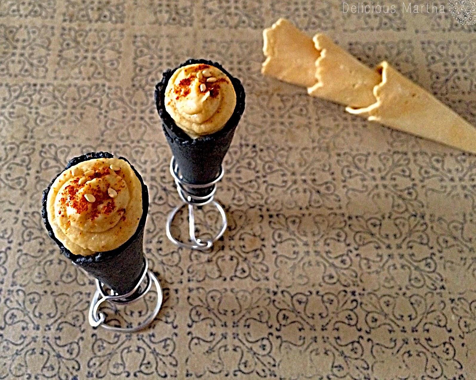 Cucuruchos de carbón vegetal con relleno de hummus con ajo asado