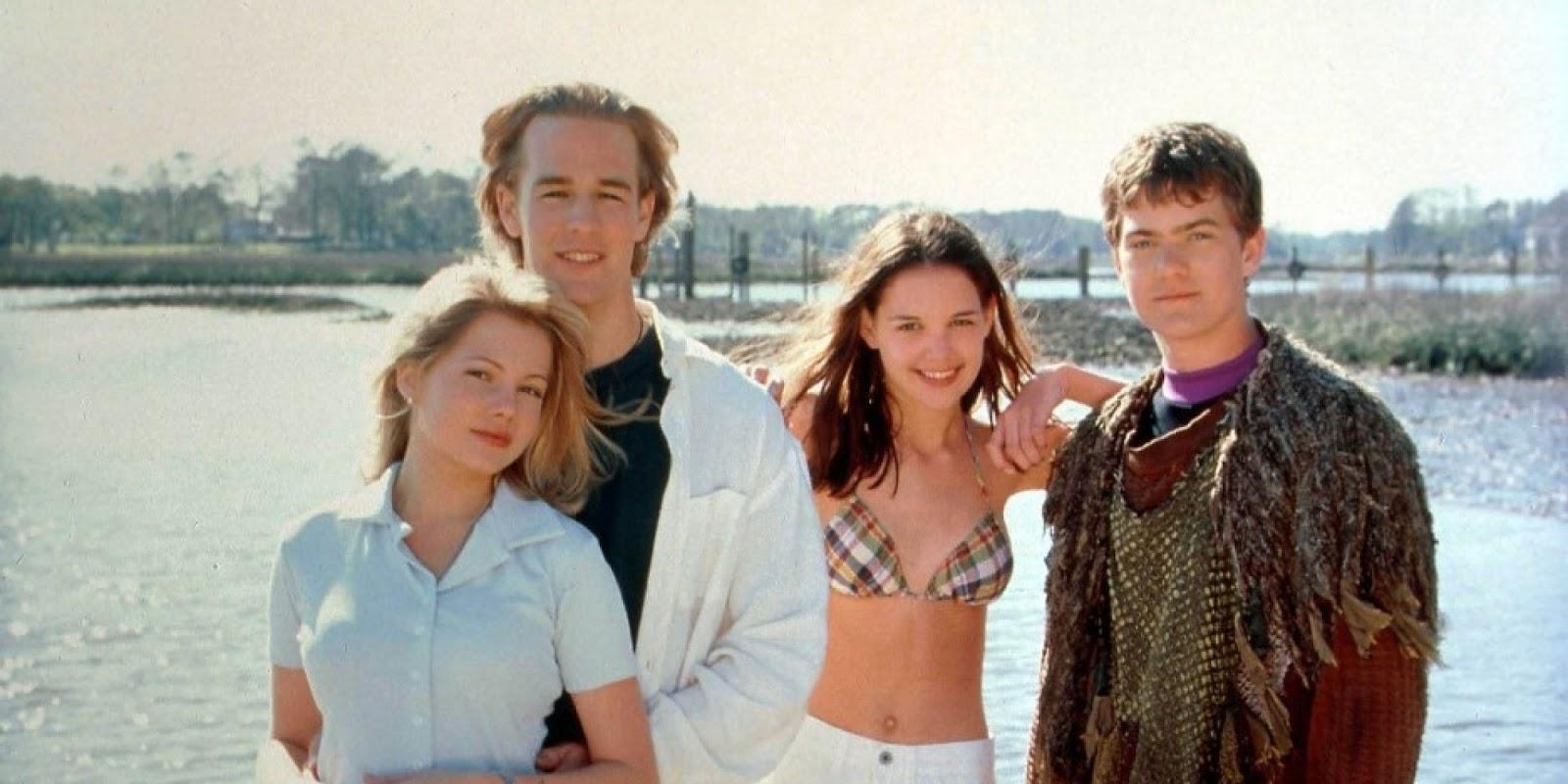 Los cuatro protagonistas de Dawson Crece con el paisaje costero de Capeside al fondo