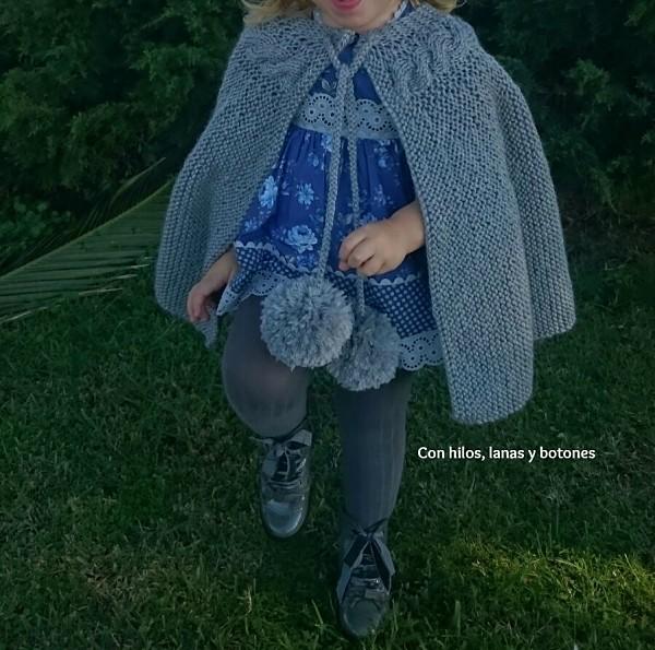 Con hilos, lanas y botones: DIY Capita de punto para niña con trenza y maxipompones (patrón gratis)