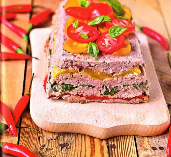 Фарш мясной -- 800 г; Белый хлеб --2 ломтика; Репчатый лук -- 1 шт.; Петрушка -- 1 пучок; Красный и зеленый сладкий перец -- по 2 стручка; сыр твердый -- 150 г
