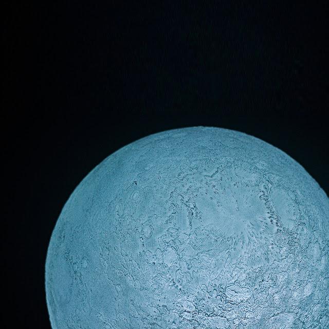 JAXAの衛星「かぐや」のデータを元に制作された?リアルな月のLEDランプ【d】
