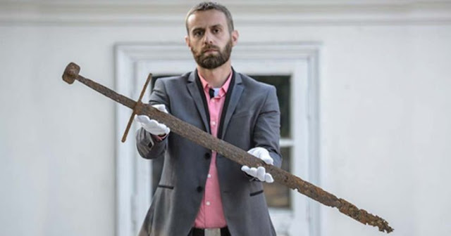 Encuentran espada medieval de 600 años en una tubería