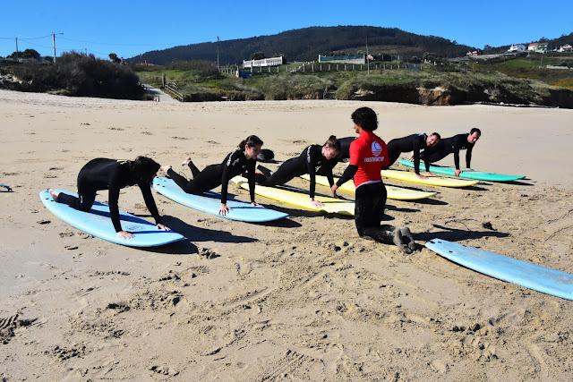 Practicando los movimientos en la arena de la playa