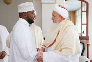 Mombasa governor welcomes the bohra spirual leader.