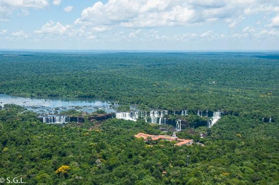 Las cataratas de Iguazu desde el aire a bordo de un helicoptero