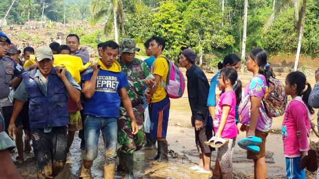 Selain Menelan Korban Jiwa, Banjir Bandang Cisalak Juga Membuat 385 Warga Mengungsi