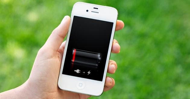 celular blanco en mano con carga baja