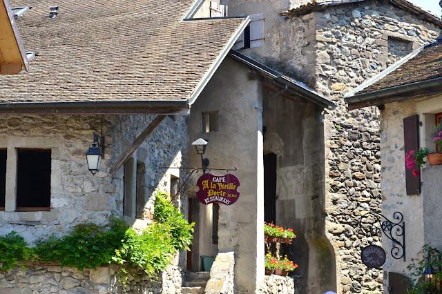 pueblo medieval yvoire francia a golpe de objetivo