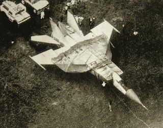Il MiG-25 viene coperto con un telone.