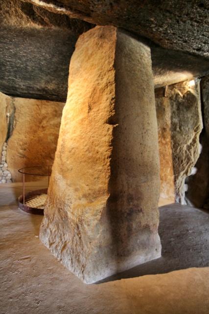 Pilar de sujeción en el Dolmen de Menga