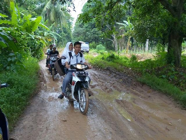 Warga Ngeluh Jalan Kecamatan Rantau Panjang Berlumpur