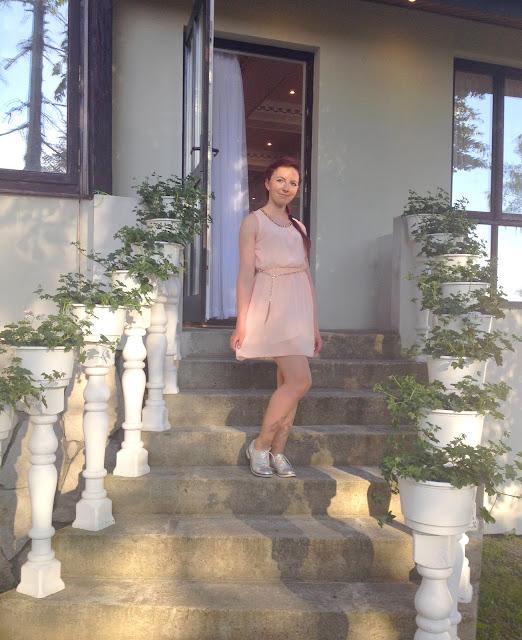 3.06.2017 Sukienka a'la grecka tunika pastelowy róż, srebrne jazzówki, wesele Przysieki koło Jasła