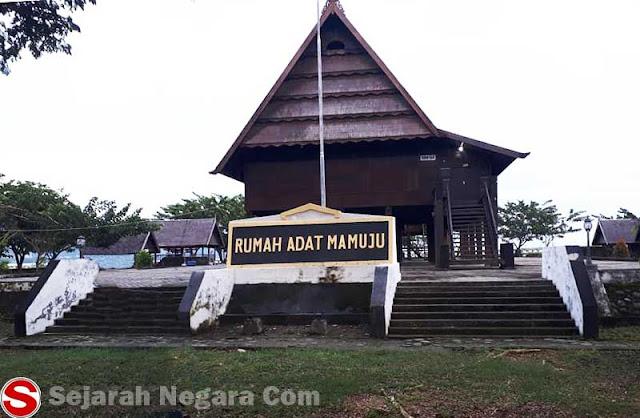 Foto Rumah Adat Mamuju Sulawesi Barat