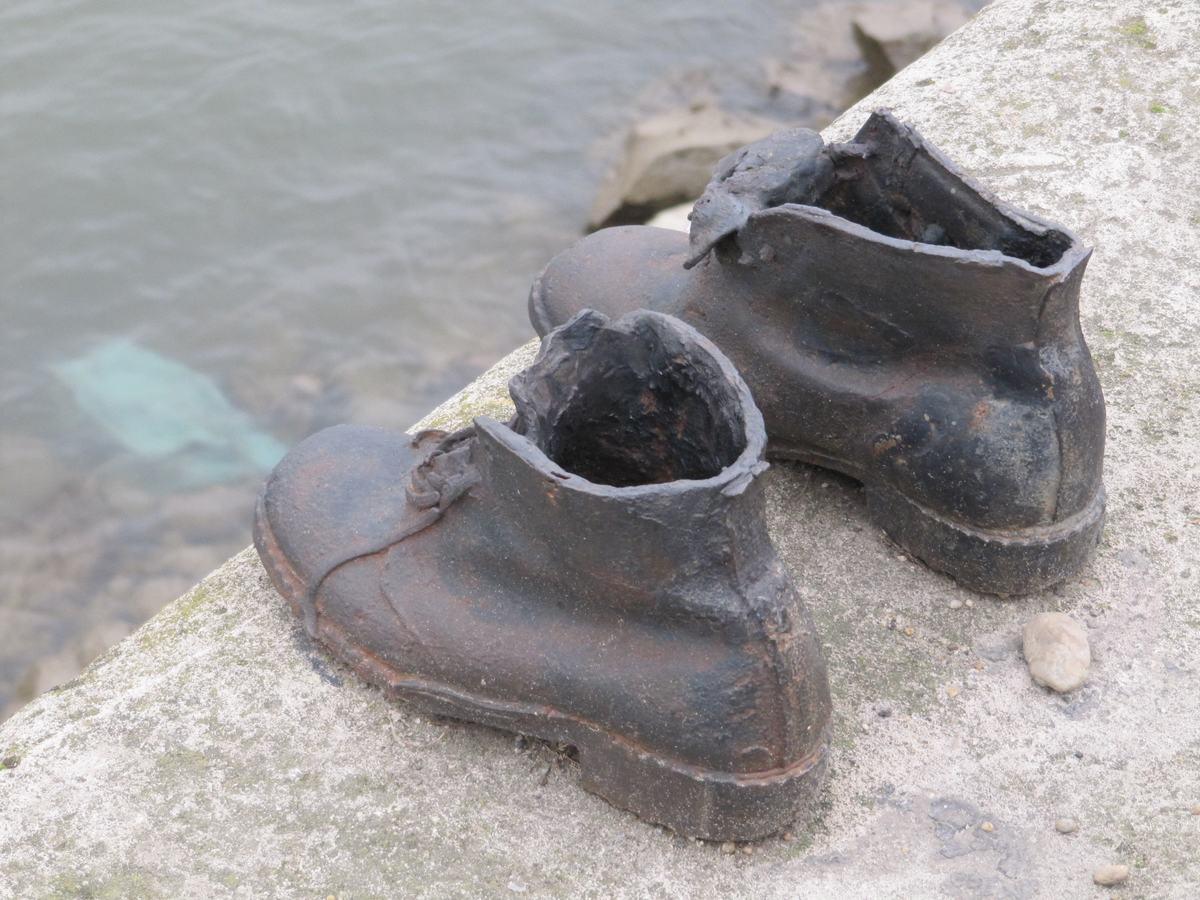 monumento de los zapatos, gueto budapest, conmemoracion victimas del holocausto, homenajes, monumentos funerarios, shoah