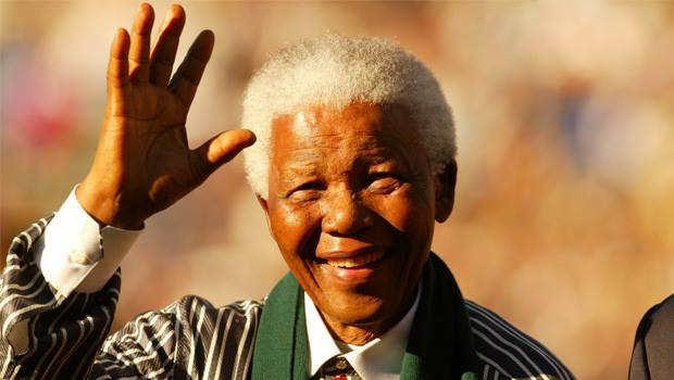 Nelson Mandela saludando