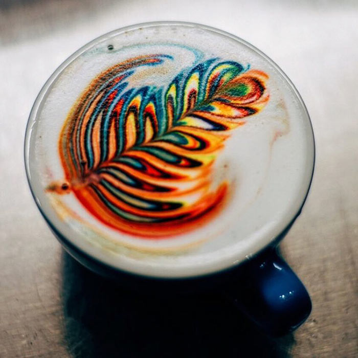 Coloridos cafés arcoiris elaboradas con colorante alimenticio