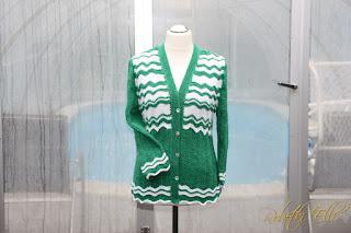 Sweterek we wzor falisty.