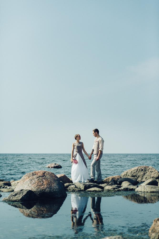kāzu fotosesija pie jūras