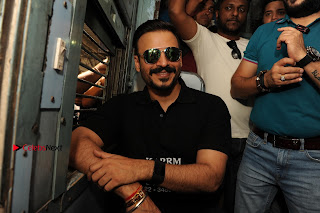 Bollywood Actor Vivek Oberoi Snapped Travelling by Local Train to Kelve  0005.JPG