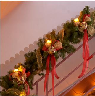decorar las escaleras con adornos bonitos, arreglos navideños con luces para las escaleras, arreglos con luces navideñas para los pasamanos, ideas de como decorar las escaleras en navidad, decoraciones navideñas elegantes para escaleras, arreglos navideños con moños para escaleras