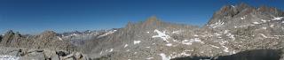 Blick nach Norden und Westen vom Cirque Pass; North Palisade dominiert die Aussicht, Potluck Pass liegt direkt darunter
