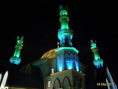 Keindahan Islamic Center Mataram di malam hari