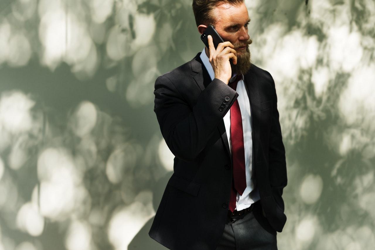 Nie rozmawiaj z reporterem przez telefon na siedząco