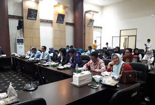 Lily Rosyadah bersama rombongan di Padang