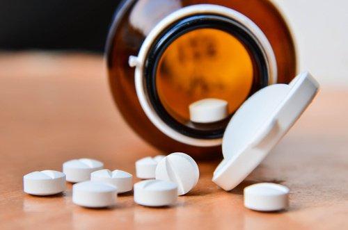 Exfoliant naturel du miel et de l'aspirine pour revitaliser la peau du visage