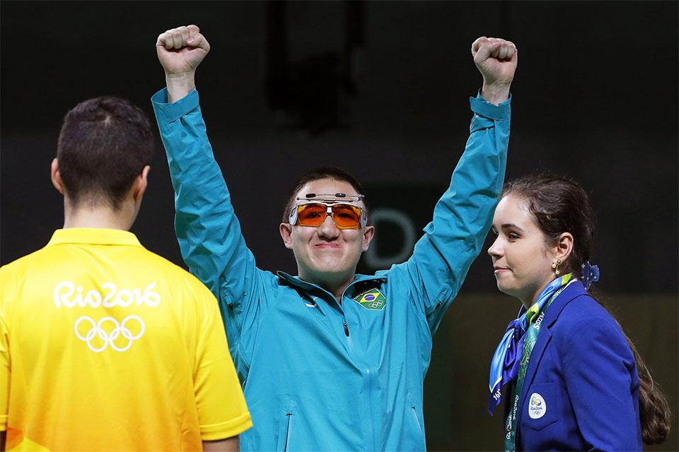 Felipe Wu comemora a medalha de prata na prova de pistola de ar 10 metros. Foto: Valdrin Xhemaj/Agênci Lusa/Direitos Reservados