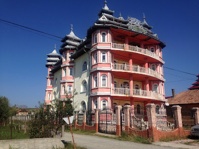 Kolorowy, wielki pałac cygański w Rumuni