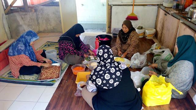 Memasak rendang - Majlis Rumah Terbuka Aidilfitri Surau Muhajirin