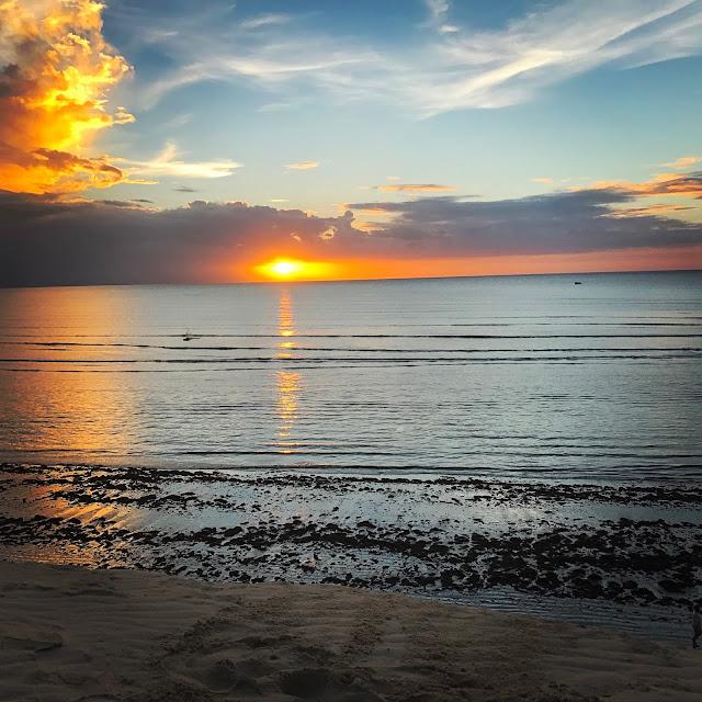 Sol já se pondo na Duna do Pôr-do-Sol - Jericoacoara - Ceará - Brasil - Praia