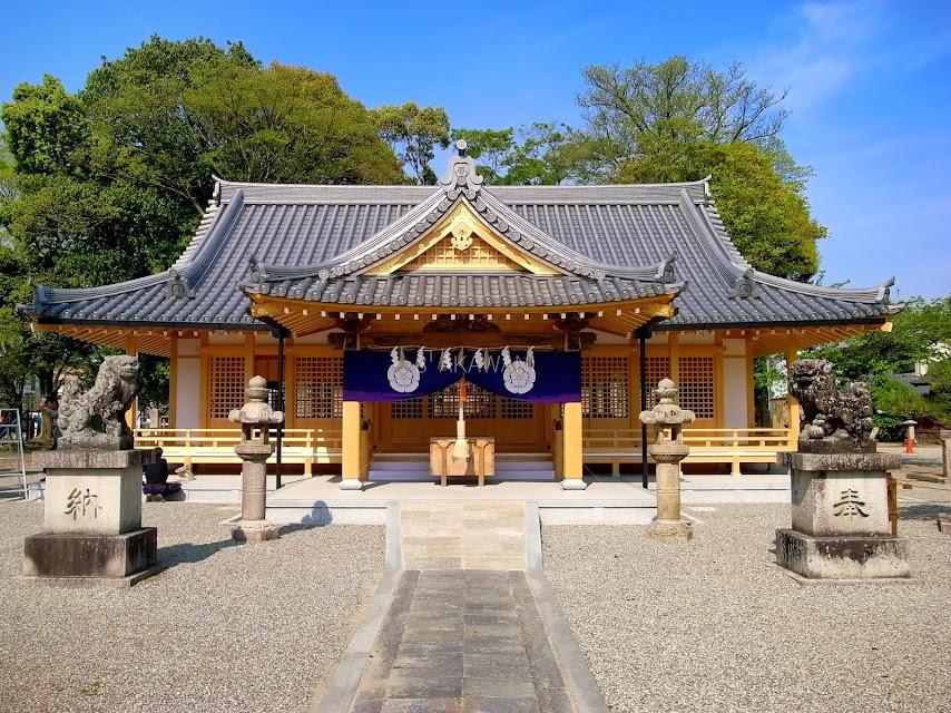 奈良県田原本町 津島神社 祇園神社 拝殿前景 左側に採寸中のブリキ職人