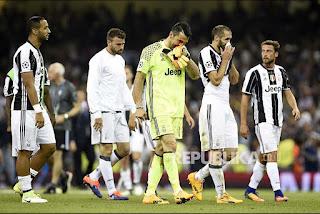Ekspresi pemain Juventus pada akhir Final Liga Champions Eropa di Cardiff, Ahad (4/6) updetails.com