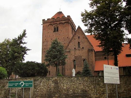 Kałków. Romańsko-gotycki kościół Narodzenia NMP z XIII wieku o charakterze obronnym.