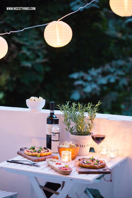 Mediterraner Balkonabend im Spätsommer mit Pizza, Chips, Dips, Wein