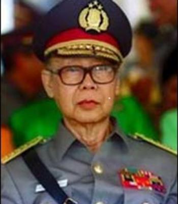Jenderal Hoegeng Dinobatkan Jadi Polisi Jujur Sedunia       Tokoh Indonesia yang satu ini terkenal sebagai polisi yang jujur dan sederhana ditengah ketidakpercayaan masyarakat kepada institusi kepolisian. Berikut profil dan biografinya. Hoegeng Imam Santoso merupakan putra sulung dari pasangan Soekario Kario Hatmodjo dan Oemi Kalsoem. Beliau lahir pada 14 Oktober 1921 di Kota Pekalongan. Meskipun berasal dari keluarga Priyayi (ayahnya merupakan pegawai atau amtenaar Pemerintah Hindia Belanda), namun perilaku Hoegeng kecil sama sekali tidak menunjukkan kesombongan, bahkan ia banyak bergaul dengan anak-anak dari lingkungan biasa. Hoegeng sama sekali tidak pernah mempermasalahkan ningrat atau tidaknya seseorang dalam bergaul. Masa kecil Hoegeng diwarnai dengan kehidupan yang sederhana karena ayah Hoegeng tidak memiliki rumah dan tanah pribadi, karena itu ia seringkali berpindah-pindah rumah kontrakan.  Hoegeng kecil juga dididik dalam keluarga yang menekankan kedisiplinan dalam segala hal. Hoegeng mengenyam pendidikan dasarnya pada usia enam tahun pada tahun 1927 di Hollandsch Inlandsche School (HIS). Tamat dari HIS pada tahun 1934, ia memasuki Meer Uitgebreid Lager Onderwijs (MULO), yaitu pendidikan menengah setingkat SMP di Pekalongan. Pada tahun 1937 setelah lulus MULO, ia melanjutkan pendidikan ke Algemeene Middlebare School (AMS) pendidikan setingkat SMA di Yogyakarta. Pada saat bersekolah di