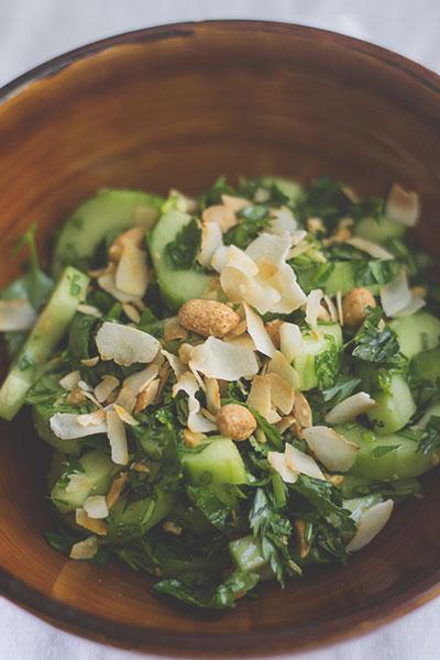 Gurken-Saté-Salat mit Kokosflakes