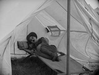 """Кадр из к/ф Чарли Чаплина """"На плечо"""" / Shoulder Arms (1918) - 34"""