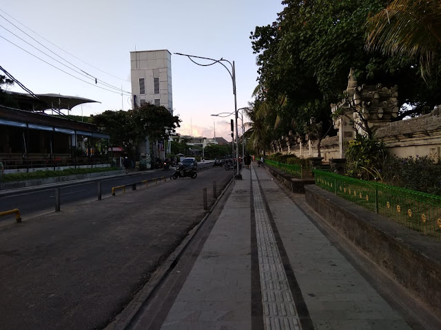 Jogging Track between the street and Kuta beach