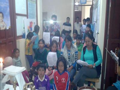 Gottesdienst im Krankenhaus von Mojinete, rechts die Bürgermeisterin von Mojinete, das Niño Jesús musste noch, wenn auch mit Verspätung nachgefeiert werden.