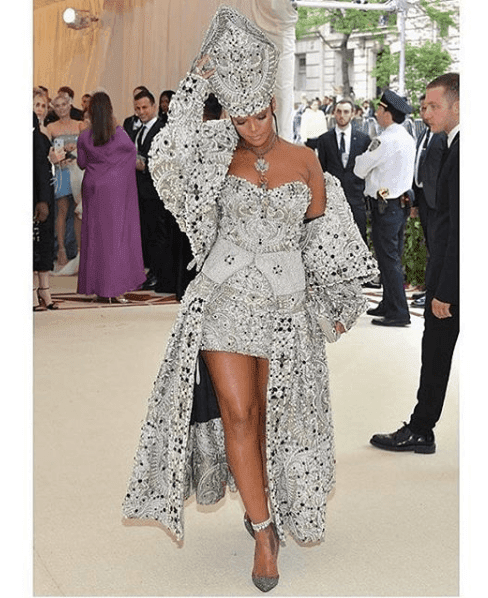 Luxury Makeup Rihanna Ownes The Met Gala 2018 With Her Outfit And Makeup Look
