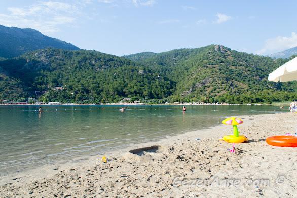 Ölüdeniz tabiat parkının göl tarafı ve tamamen dalgasız sığ denizi, Fethiye