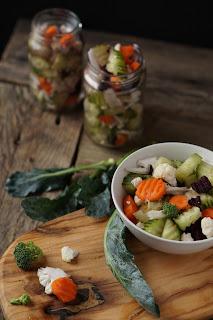 Cavolfiori, carote, cipolle e cetrioli pronti a fermentare