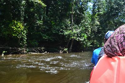 Menikmati perjalanan menggunakan boat