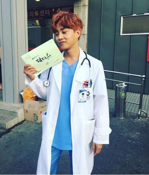 Pakai Jas Dokter, Kim Min Suk Ajak Fans Nonton 'Doctors'